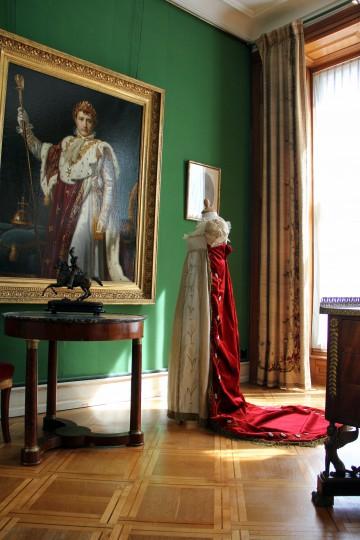 Hofkleid mit rotem perlenbesticktem Mantel