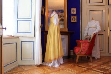 Kleid mit gelber Tunika und weisses Kleid mit Ärmeln im Mameluk-Stil