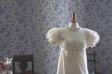 Weisses Kleid mit kleinen Puffärmeln