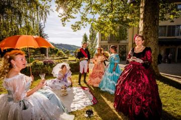 Zu bestimmten Anlässen flanieren Kostümgruppen in edlen Roben durch die Arenenberger Gartenwelt