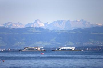 Mit der Fähre vor herrlichem Alpenpanorama