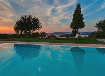 Der Pool mit Seeblick