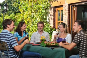 Gemütliche Runde beim Wein