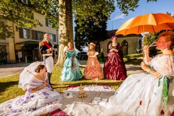 Historische Kostümgruppen flanieren im Park