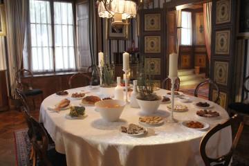Mit französischen Weihnachtspezialitäten gedeckter Tisch