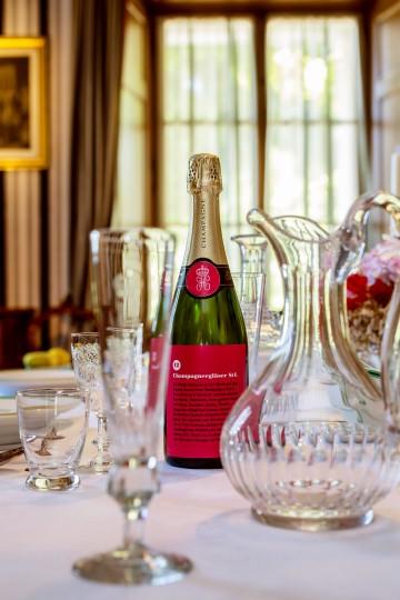 Champagnergläser auf dem Esszimmertisch