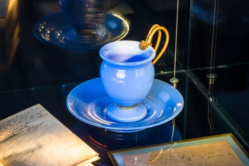 Die blaue Opalglastasse, aus der Hortense ihren letzten Schluck Tee trank