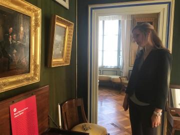 Besucherin in der Ausstellung I