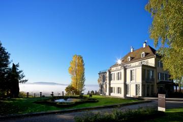 Das Schloss Arenenberg erhebt sich über dem Nebel