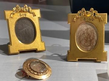 Verschiedene Medaillons mit Napoleons Haaren