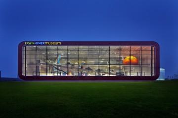 Außenansicht des Erwin-Hymer-Museums bei Nacht