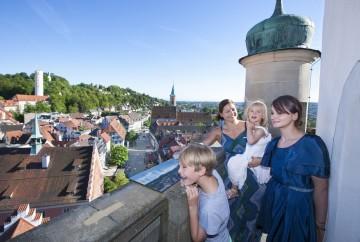 Eine Familie auf dem Blaserturm in Ravensburg