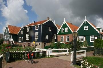 Im Sattel vorbei an Blumenmeeren und durch historische Dörfer